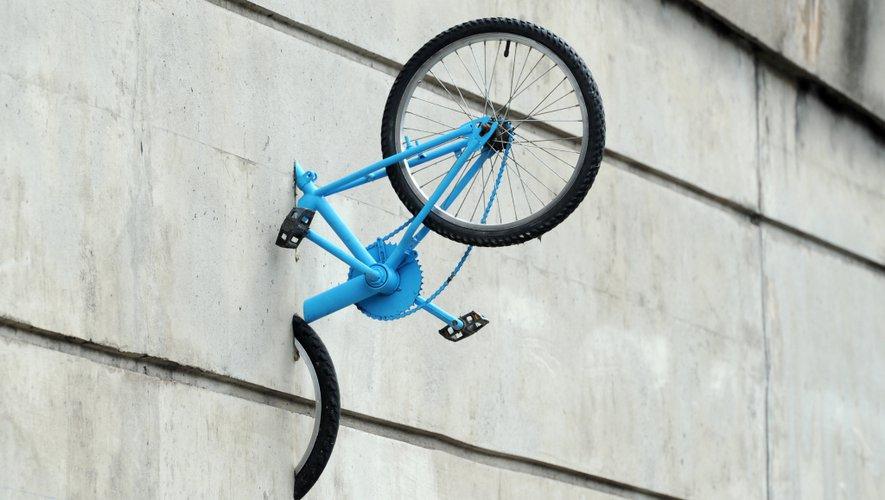 Vélo encastré dans le mur , concept, image, visuel, design,