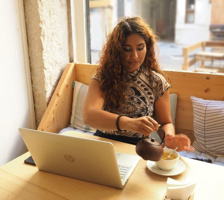 Alizée Laurence qui travaille dans un café